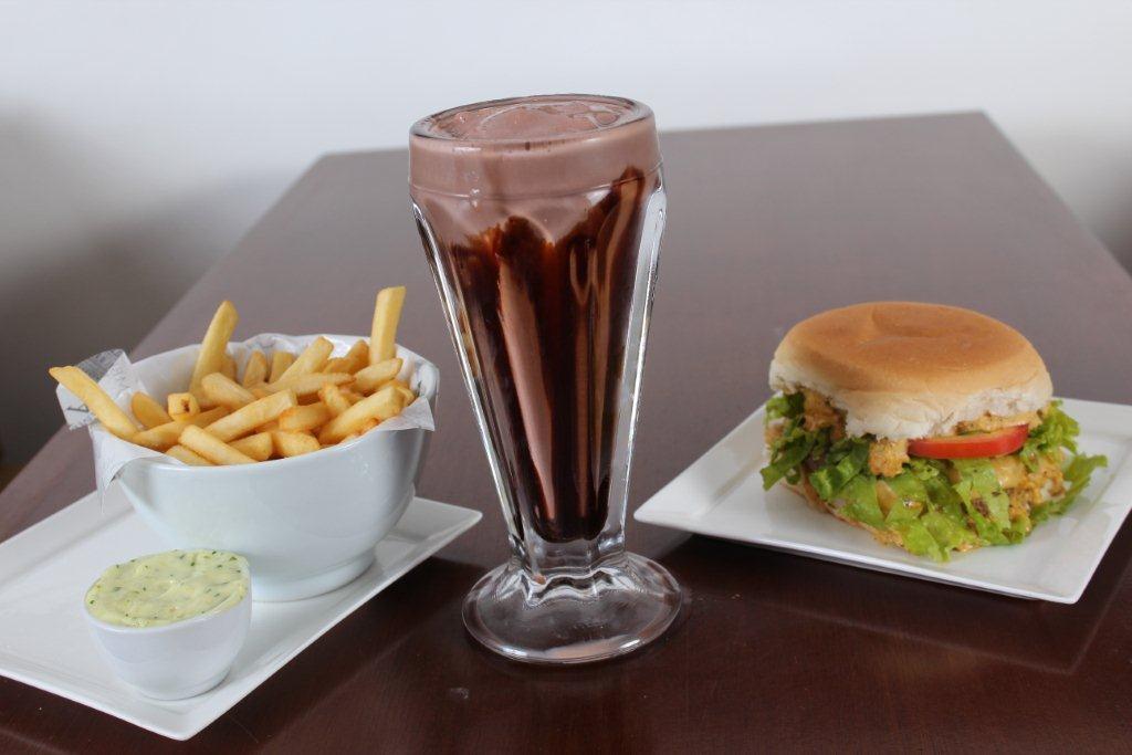 Trio Capital, com Cheese Salada Capital, com milkshake e fritas
